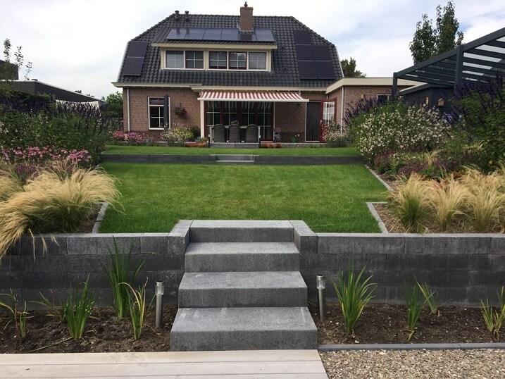tuinontwerp stenen trap grasveld